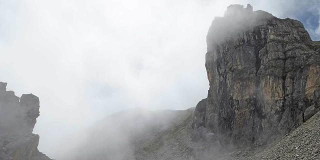 Um seinen Gipfel jagen Nebelschwaden… spannende Stimmung am Weg zur Tribulaunhütte, Foto: Stefan Herbke