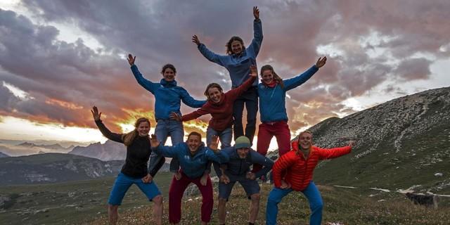 Balanceübungen sind wichtig fürs Klettern: Der Expedkader Frauen mit Trainerin Dörte Pietron und Profibergsteiger Fritz Miller. Foto: Dörte Pietron