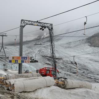 Wettrüsten der Skigebiete - Sommerszenerie auf dem Stubaier Gletscher. Planen stehen bereit für die Abdeckung des Gletschers um Schnee zu konservieren und die Gletscherschmelze zu reduzieren. (Foto: DAV Alpines Museum, F. Kaiser)