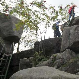 Das Granitgebirge des Harz lädt oft zu kleinen Kraxel-Einlagen. Foto: Folkert Lenz