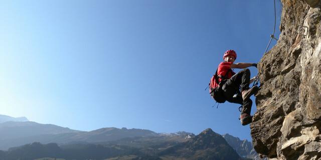 Und so sieht's heute aus: Steil, steiler am steilsten ist oft die Devise für moderne Drahtseilanlagen, wie hier am Nasenwand-Steig über Ginzling im Zillertal. Foto: Andreas Jentzsch
