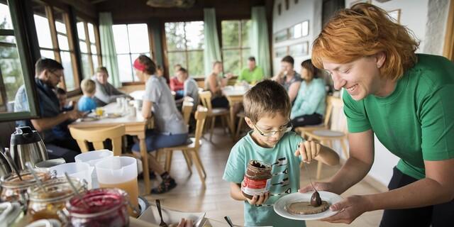 Am Frühstücksbuffet ist auch für die Kleinen bestens gesorgt. Foto: DAV/Jens Klatt