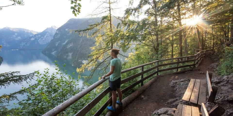 Der Königssee ist Wanderern vorbehalten. Tolle Blicke über den Königssee bietet der Aussichtspunkt des Malerwinkels. Foto: Thorsten Brönner
