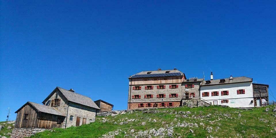 Auch auf dem Dach des Watzmannhauses finden sich Solarpanele, Foto: DAV Archiv