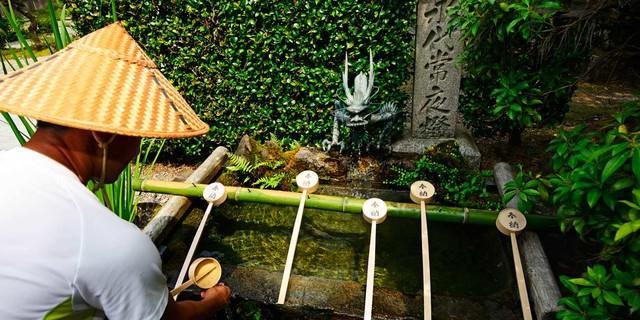 An den Pilgerstätten des Kumano Kodo liegen Schöpfkellen zum Reinigen der Unterarme bereit. Foto: Norbert Eisele-Hein