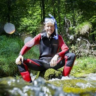 In den Gimbachkaskaden zeigt Skisprungstar Andy Goldberger, dass Wandern mit Taucherbrille durchaus Sinn machen kann. Foto: Servus TV/Manuel Seeger
