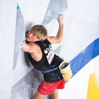 Alex Megos bei der Qualifikation im Bouldern, Foto: Leo Zhukov