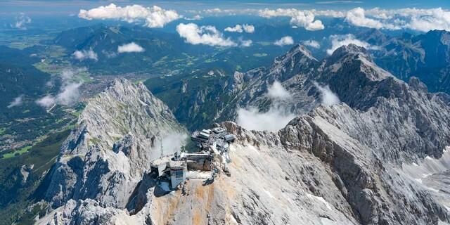 Vom Gipfel schweift der Blick weit ins Alpenvorland, Foto: Jörg Bodenbender