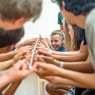 Eine Gruppe bei einer kooperativen Problemlöseaufgabe. Foto: JDAV / Silvan Metz