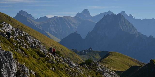 Vom Koblat aus präsentiert die Höfats ihre steilen Grasflanke, links davon der Große Krottenkopf, höchster Allgäuer Gipfel. Foto: Friedrich Stettmayer