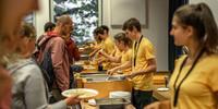 Das Helfer*innenteam aus Nürnberg verteilt das Mittagessen, Foto: JDAV/Silvan Metz