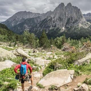 """Diesen Blick auf die Doppelspitze der """"Encantats"""" genießt man in der Nähe des Refugi d'Amitges. Foto: Annika Müller"""