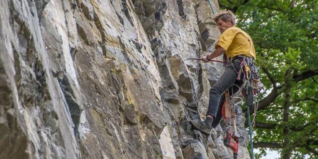 Jo Fischer, hauptberuflich im Landesverband für Klettern und Naturschutz, legt im Oberhagen Hand und Eisen an. Foto: Mathias Weck