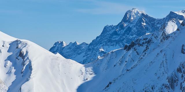 Blick zum Zugspitzgipfel beim Aufstieg zum Roten Stein. Foto: Thilo Brunner