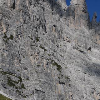 Torrione Comici©Georg Hohenester - Unterhalb der Abstürze des Torrione Comici und weiterer gewaltiger Wände wandert man zu Beginn der zweiten Etappe gemächlich zum Passo di Suola.  Foto: Georg Hohenester