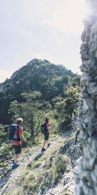 Egal ob alleine, zu zweit oder in der Gruppe - gerade beim achtsamen Wandern ist der Weg das Ziel. Foto: DAV/Wolfgang Ehn