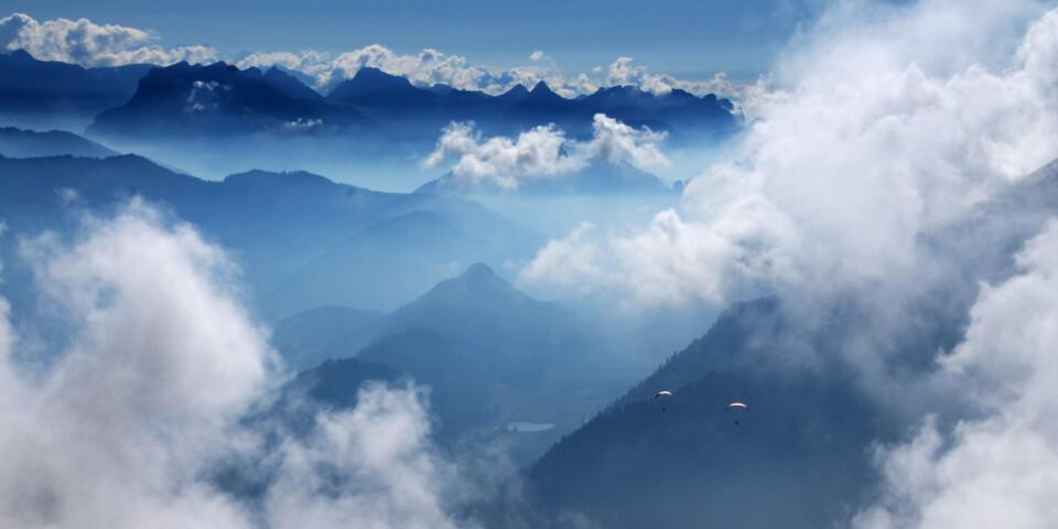 Die einen nutzen die letzten Sonnenstahlen des Tages am Rotsteinpass zum Schauen und Genießen, die anderen stürzen sich ins Wolkenmeer und gleiten schnell und elegant hinunter ins Toggenburg. Foto: Silvia Schmid