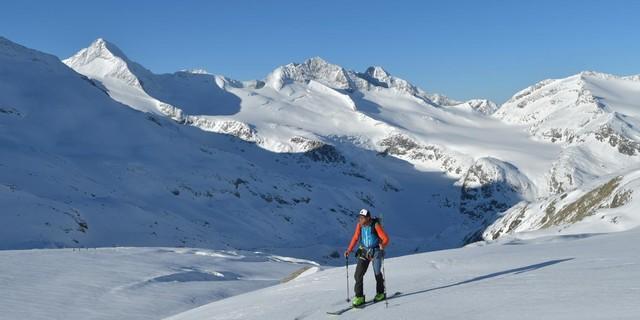 Skirunde Großvenediger: Morgenstimmung beim Anstieg zum Obersulzbachkees, im Hintergrund der Große Geiger (l.). Foto: Stefan Herbke