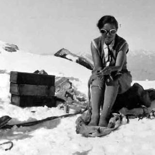 Anna Michaelis auf dem Gipfel der Königsspitze, 1928.Archiv des Deutschen Alpenvereins, München.