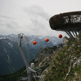 Aussichtsplattformen statt Gipfelblick - Auf dem Gschöllkoft im Rofangebirge dominiert seit 2007 eine Aussichtsplattform in Gestalt eines stählernen Adlerhorsts. Dazu gehört auch ein Flying-Fox zurück zur Bergstation der Rofanseilbahn.(Foto: DAV Alpines Museum, F. Kaiser)