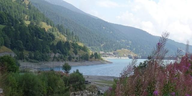 Tag 10: Auf dem Weg nach Casteldelfino sollte man sich die Zeit nehmen, den malerisch gelegenen Lago di Castello zu bewundern.