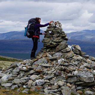 Nach dem anstrengenden Aufstieg zur Steinpyramide am Hardbakken-Pass im Dovrefjell. Foto: Joachim Chwaszcza
