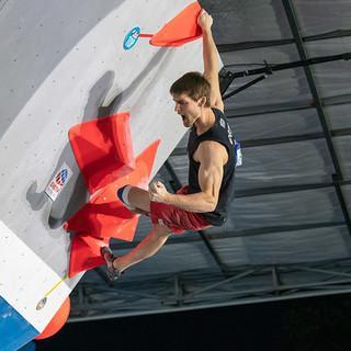 Jan Hojer am Top-Griff des 2. Finalboulders. Foto: IFSC/Eddie Fowke