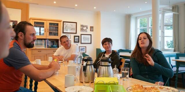 Janine WIssler (r.) im Gespräch mit Vertreter*innen der JDAV, Foto: DAV/Jakob Neumann