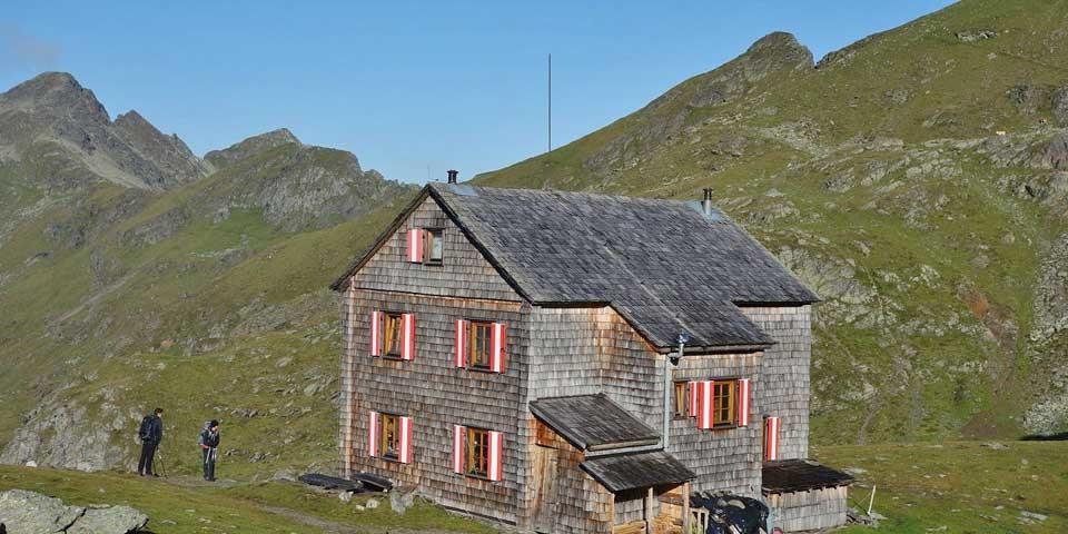 Das höchst gelegene Quartier der Alpenüberquerung: Hugo-Gerbers-Hütte in der Kreuzeckgruppe/Kärnten. Foto: Christof Herrmann