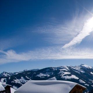 Aufstieg zum Feldalphorn - Fix auf der Alm: verschneite Hütte beim Aufstieg zum Feldalphorn