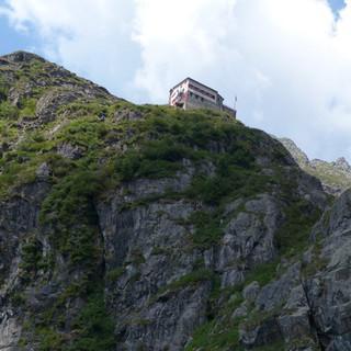 Das kleine Rifugio Merelli al Coca steht auf vorgeschobenem Posten hoch über dem Val Bondione. Foto: Joachim Chwaszcza