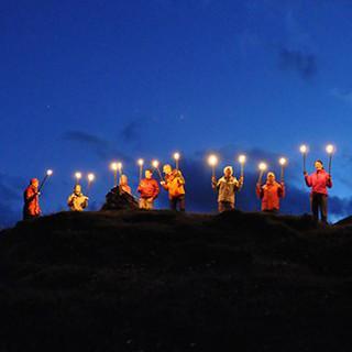 Das traditionelle Feuer in den Alpen setzt ein Zeichen für die Verletzlichkeit alpiner Gebiete. Foto: Reto Solèr