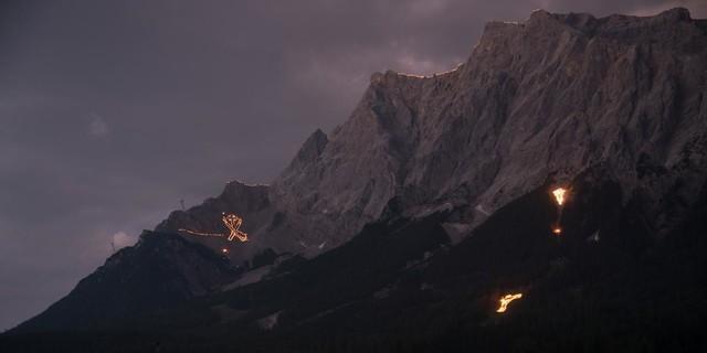 Sonnwendfeuer im Ehrwalder Becken. Foto: Tiroler Zugspitz Arena / Somweber