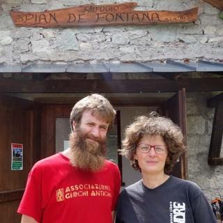 Elena und Antonio sind die rührigen jungen Wirtsleute im Rifugio Pian de Fontana, wo auch viele Weitwanderer vor der Etappe über die Schiara übernachten. Foto: Joachim Chwaszcza
