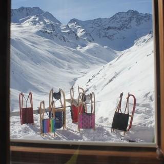 Hüttenfenster mit Rodel, Foto: DAV/intern