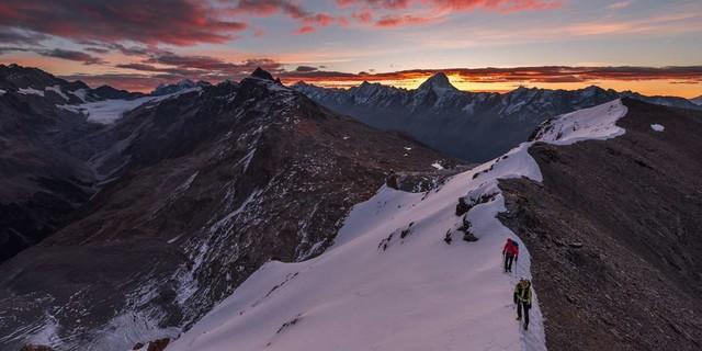 Vom Bietschhorn nach links bis zum Aletschhorn zieht sich die Kette der Lötschentaler Gipfel&#x3B; Morgenstimmung am Balmhorn, Foto: Ralf Gantzhorn