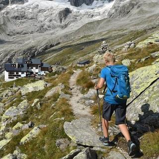 Nach der langen Etappe auf dem Lausitzer Weg und dem Hannemannweg bietet die Plauener Hütte Erholung; dahinter die Gipfel der Reichenspitzgruppe. Foto: Stefan Herbke