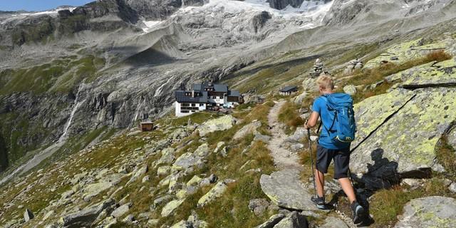 Nach der langen Etappe auf dem Lausitzer Weg und dem Hannemannweg bietet die Plauener Hütte Erholung&#x3B; dahinter die Gipfel der Reichenspitzgruppe. Foto: Stefan Herbke
