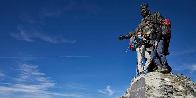 Maria breit' den Mantel aus: Gut beschirmt wird auch der Abstieg vom Rocciamelone gelingen. Foto: Stefan Neuhauser