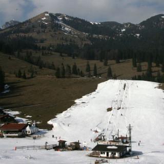Winter ohne Schnee - Piste am Sudelfeld in einem schneearmen Winter. Diese Bilder könnten in Zukunft häufiger werden. (Foto: M. Scheuermann)