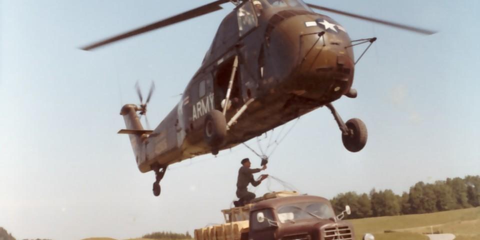 Hubschrauber der US-Army helfen beim Transport von Baumaterialien zum Hochrieshaus, 1966. Archiv des DAV, München