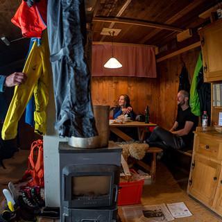Auf der Kistenpasshütte – wechselhaftes Wetter freut den Fotografen und ärgert die Begleiter. Foto: Ralf Gantzhorn