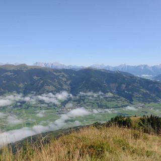 Blick auf Zell am See - Der Nebel über Zell am See löst sich auf, das Steinerne Meer leuchtet von fern.