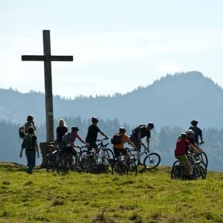 Mountainbikegruppe am Gipfel. Foto: Robert Lassahn.