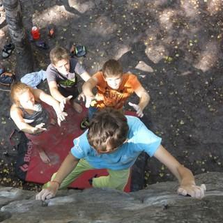 Jugendliche beim Bouldern. Foto: Renate Hubel.