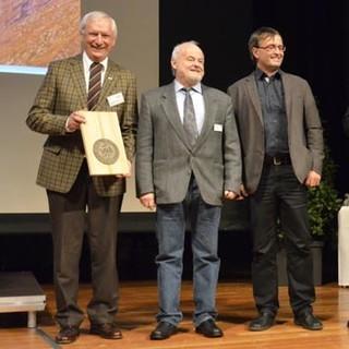 Ludwig Wucherpfennig (l.) und Roland Stierle (r.) überreichten das Umweltgütesiegel für das Ramolhaus an Peter Färber und Udo Solich (v.l.n.r.) von der Sektion Hamburg und Niederelbe.&nbsp&#x3B;