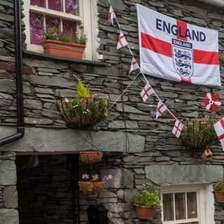 Farbige Begeisterung - England im (kurzen) Fußball-WM-Fieber im Juni 2014: Englandfahnen schmücken die Steinhäuser von Elterwater.