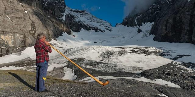 Und damit sich's richtig schweizerisch anfühlt (und -hört), bläst auf der Fründenhütte der Alphornist. Foto: Ralf Gantzhorn