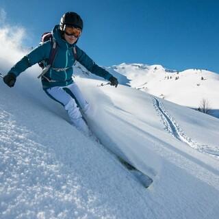 Die Abfahrt im Tiefschnee ist oft der Höhepunkt einer Skitour. Foto: DAV/Daniel Hug