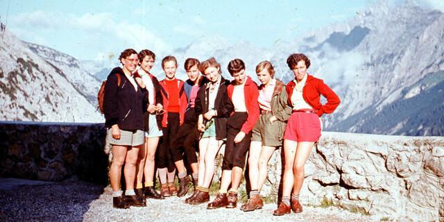 Mädchengruppe der Sektion Ebersberg-Grafing mit ihrer Gründerin Trudl Thomele. Aufnahme 1955